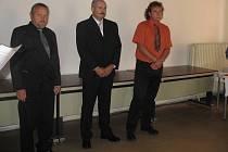 Deset chebských policistů dostalo vyznamenání za věrnost.