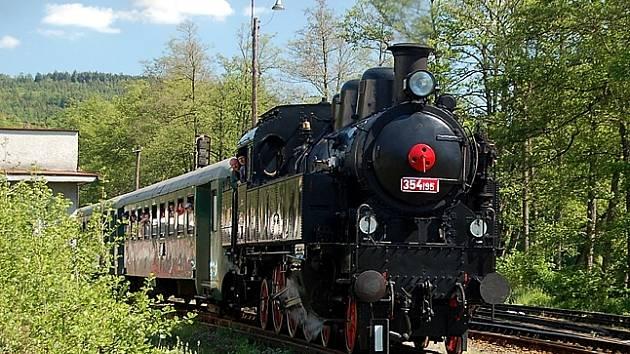 Parní lokomotiva řady 354 vyjíždí z nádraží v Lokti