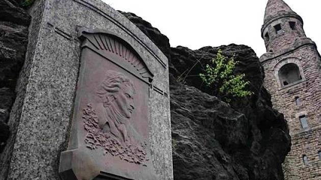 Památník Friedricha Schillera na vrchu Háj v Aši.