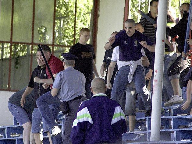 Řádění sparťanských fanoušků na utkání v Chebu znechutilo veřejnost