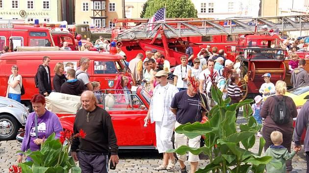 Náměstí Krále Jiřího z Poděbrad v Chebu v neděli odpoledne zaplnila hasičská technika z Německa. K vidění byly historické vozy, které sem zajíždějí každé dva roky.