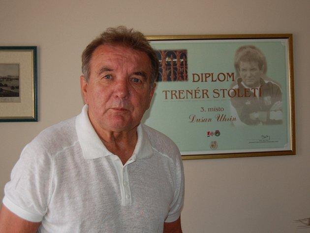 VE SVÉ františkolázeňské hotelové kanceláři má Dušan Uhrin starší také diplom za třetí místo v anketě ´Trenér století´.