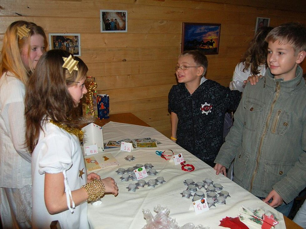 Tradiční vánoční prodejní výstavu připravili  pedagogové a žáci z františkolázeňské základní školy.