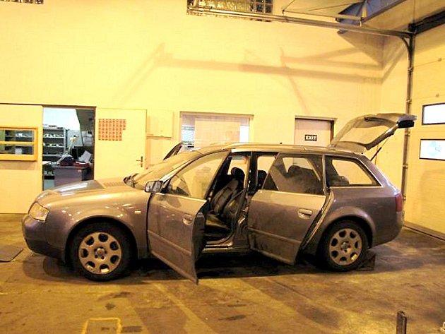 AUDI A6 COMBI našli policisté zaparkované v Bečově nad Teplou u nádraží. Pachatelé pondělního vloupání do zlatnictví v Mariánských Lázních vůz odcizili v Německu.