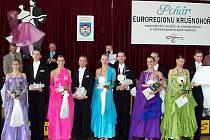 CHEBŠTÍ tanečníci se v mezinárodní konkurenci neztratili. Chebský taneční pár Mirka Navrátilová a Jiří Liška (druhý zleva) skončil mezi dospělými na čtvrtém místě.