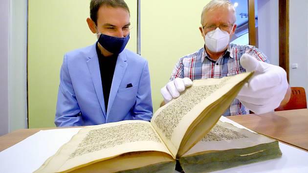 HISTORICKÁ kronika má celkem 990 stran.