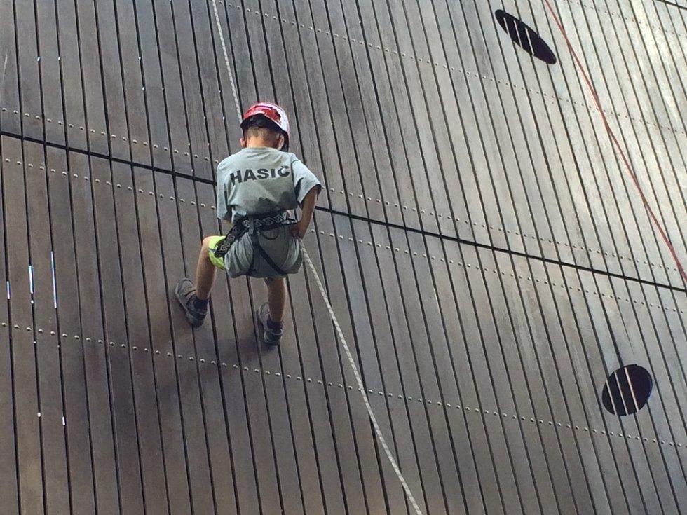 HASIČSKÉ SOUSTŘEDĚNÍ. Kromě cvičení a přípravy na nadcházející sezónu se mladí hájenští hasiči podíleli i na odborné přípravě svých starších kolegů. Dělali jim figuranty