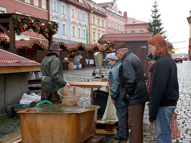 Prodej ryb na chebském náměstí Krále Jiřího z Poděbrad