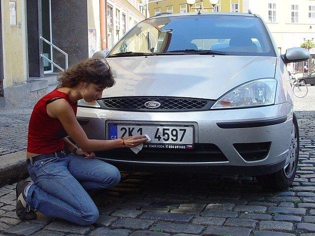 Inka Wohlrabová si raději očistila SPZ na autě, aby se vyhnula zbytečnému postihu.
