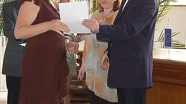 Radka Streicherová přebírá z rukou chebského starosty Jana Svobody certifikát o absolvování kurzu.
