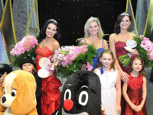 Titul Missis Čech 2013 vybojovala policistka Gabriela Lupínková s devítiletou Valerií z Hradce Králové (na snímku uprostřed).