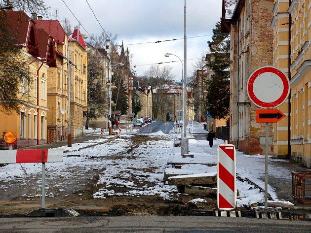 Rozkopaná Husova ulice v Mariánských Lázních