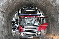 Kamion s luxusními auty zůstal zaklíněný pod mostem v Chebu nedaleko sídliště Skalka.