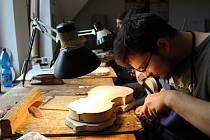 AMATÉRŠTÍ houslaři a kytaráři si v Houslařské škole v Chebu vyráběli vlastní nástroje.