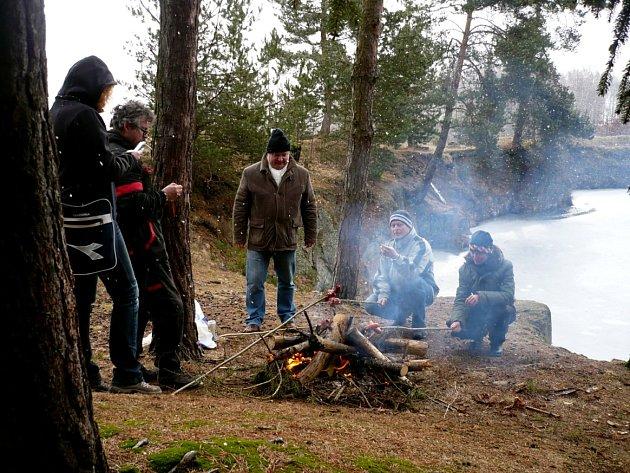 Netradiční zimní radovánky si užily dvě desítky příznivců přístrojového potápění v lomu Polná u Hazlova.
