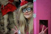 V průvodu byli k vidění upíři, panenky Barbie, ale i Andrej Babiš s partnerkou, čapím hnízdem a s čápy.
