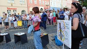 Na chebském náměstí Krále Jiřího z Poděbrad protestovala proti Andreji Babišovi zhruba stovka lidí
