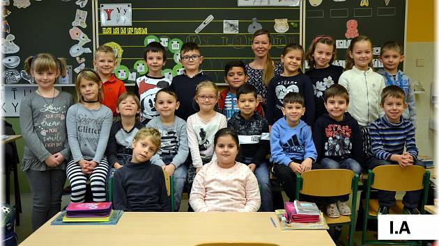 Žáci 1.A 4. základní školy Cheb se svou třídní učitelkou Janou Vozkovou.