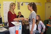 Studentka deváté třídy Jana Volánová přebírá od Hany Šnajdrové z Krajské rady dětí a mládeže diplom za druhý nejlepší školní časopis.