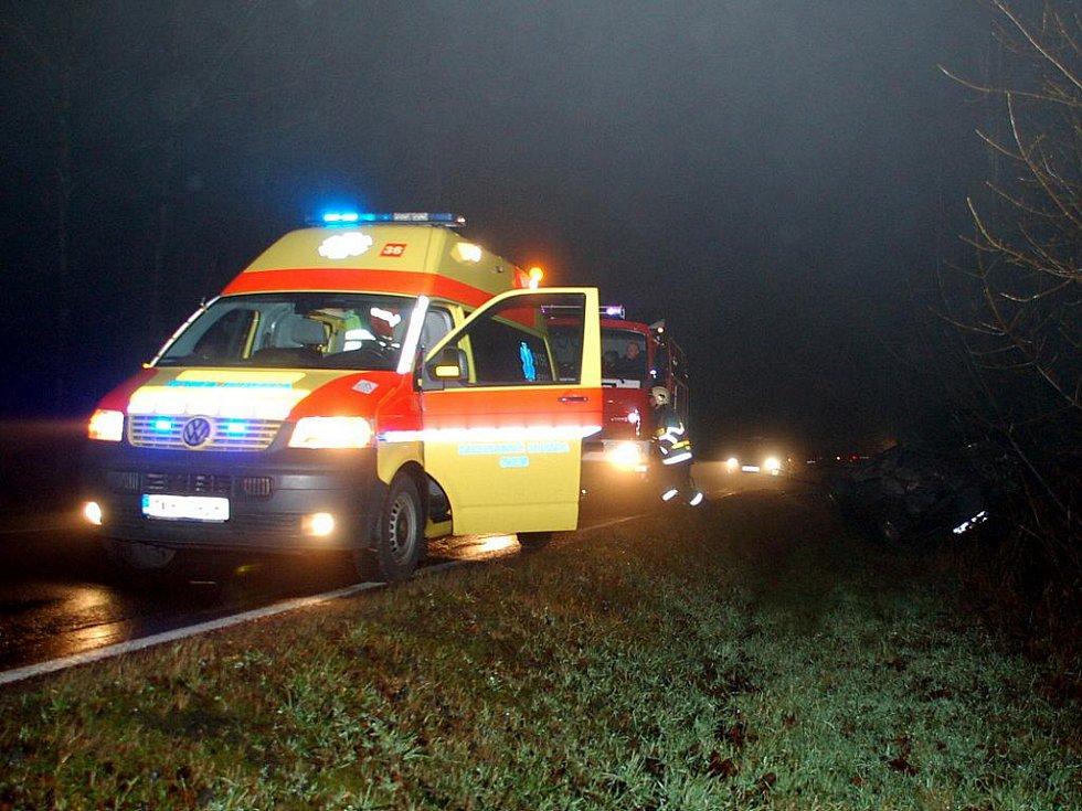 ŠERO, MLHAVO A MOKRÁ VOZOVKA. To vše bylo příčinou, že jednačtyřicetiletý řidič nezvládl u Studánky své vozidlo a skončil mimo silnici.