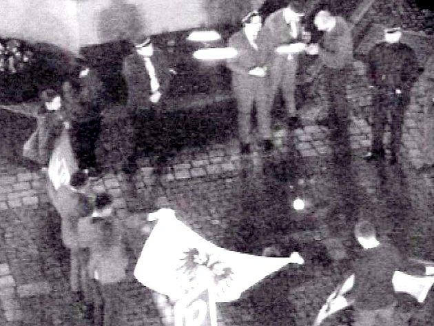 SKUPINA německých státních příslušníků na chebském náměstí Krále Jiřího upoutala svým chováním pozornost strážníků.