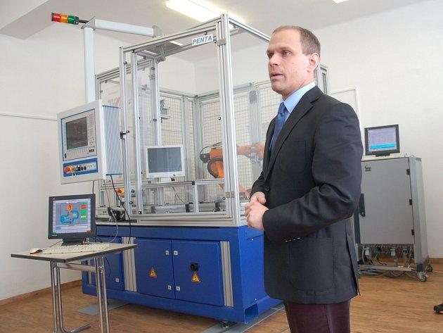 Unikátním robotizačním zařízením s názvem PENTA nově disponuje chebská Integrovaná střední škola.
