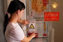 PO PROVIZORNÍ VARIANTĚ v chebské restauraci Dejavu konečně sehnali originální samolepku s označením kuřácké provozovny. Servírka ji hned na dveře nalepila.