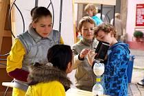 Studenti a učitelé chebského gymnázia opět uspořádali akci Věda před radnicí.