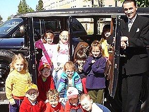 Ivan Genov a děti ze stacionáře u historického automobilu Praga