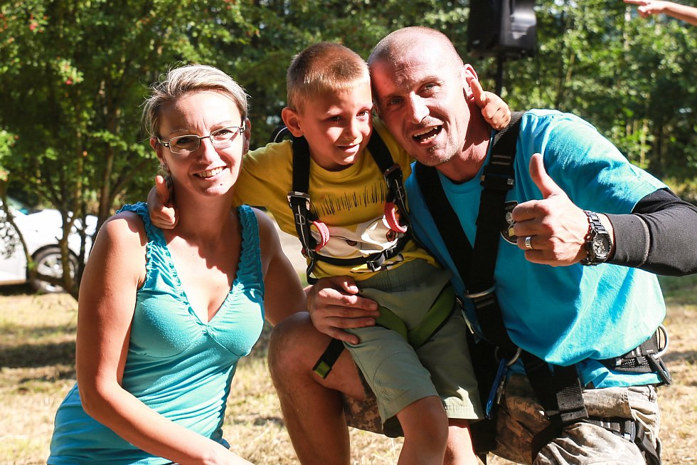 Pomezí nad Ohří – Na málokteré akci si můžou návštěvníci vyzkoušet tolik adrenalinových aktivit jako na té, která se v sobotu konala v Pomezí nad Ohří. Jmenuje se výstižně – Pomezský adrenalinový den – a uskutečnil se již počtvrté.