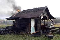 ZAHRADNÍ CHATKU v Lubech už hasiči nezachránili. Zabránili alespoň dalšímu šíření ohně a výbuchu propanbutanové lahve, která se v chatce nacházela.