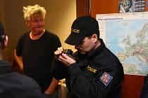 Cizinecká policie uskutečnila na Plzeňsku rozsáhlé kontroly cizinců. Snímek z ubytovny v areálu bývalých kasáren ve Strašicích na Rokycansku.