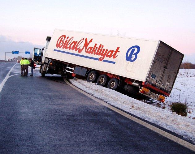 Havarovaný kamion v Pomezí nad Ohří na nájezdu na silnici R6