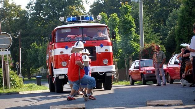 DEN OTEVŘENÝCH DVEŘÍ ve skalenské hasičské zbrojnici byl ve znamení dobré zábavy. Zlatým hřebem bylo tahání Matýska. Toto vozidlo se může chlubit titulem Miss Matýsek.