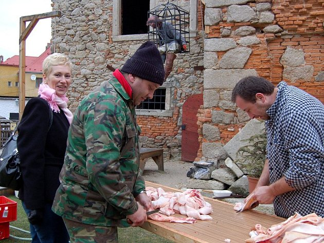 Domácí zabijačka už patří mezi rarity. Na vlstní oči ji mohli vidět návštěvníci hradu Vildštejn ve Skalné.