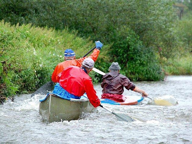 Kulturně sportovní a zábavné odpoledne pro celou rodinu se uskutečnilo v Tršnicích u Chebu. Konaly se zde vodácké závody amatérů.