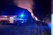 V Dolních Dvorech hořela hala.