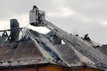 V ašské Kopernikově ulici hořela bývalá kasárna určená k demolici. Uvnitř naštěstí nikdo nebyl.