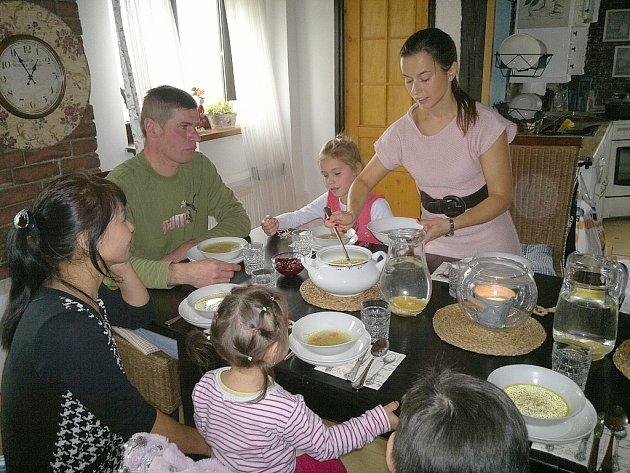 HOSTITELKA KATEŘINA ŠÍMOVÁ nabrala všem hostům polévku. Mongolové si ji pochvalovali.