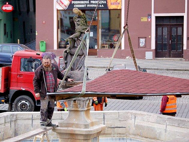 Stříšky, které chrání stěny chebských kašen odmontovali pracovníci Chebských technických služeb.