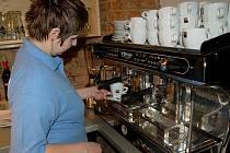 JEDNOU z pracovnic kavárny provozované občanským sdružením Joker je také Veronika Mayerová z Chebu.