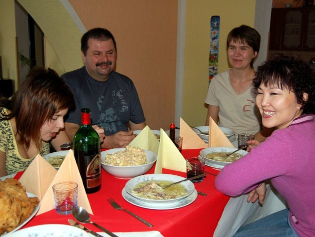 V rámci projektu Rodina od vedle se na Chebsku sešly na společném nedělním obědě tři české rodiny se třemi rodinami cizinců. V Křižovatce na Chebsku se setkala rodina Švárova s mongolskou rodinou Ochirbat