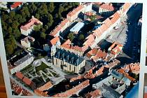 Ve vestibulu chebské radnice na náměstí Krále Jiřího z Poděbrad jsou vystaveny architektonické studie na přestavbu Kasárního a Kostelního náměstí