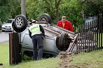 Nehoda. Mladá řidička měla takzvaně z pekla štěstí. Po převrácení na střechu svého auta ve Starém Rybníku vyvázla bez zranění, jen se šokem.
