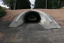 Na cyklostezce směřující do Německa vyrostl unikátní tunel. Ochrání cyklisty před kolizemi s autem.