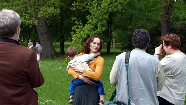 Ve Františkových Lázních začala vernisáž výstavy snímků účastníků workshopu KontAKTfoto 2008. Jeho lektorkou byla Sára Saudková.