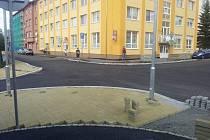 VÝSTAVBA přechodů na křižovatce ulic Dvořákova a Lužická v Mariánských Lázních se sice trochu protáhla, ale děti půjdou do školy bezpečněji.