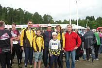 Orïentační běžci z Mariánských Lázní před startem druhé etapy. Zleva Luděk, Václav, Vojtěch, Marie a Jana Bartošovi a Josef Milota.