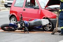 ŘIDIČ osobního vozu Fiat nedal v Pomezí přednost motocyklu a došlo ke střetu.