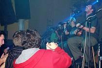 PŘES TŘI STOVKY LIDÍ si přišly zatančit na koncert skupiny Divokej Bill v Aši. Návštěvníci byli z koncertu maximálně potěšeni.